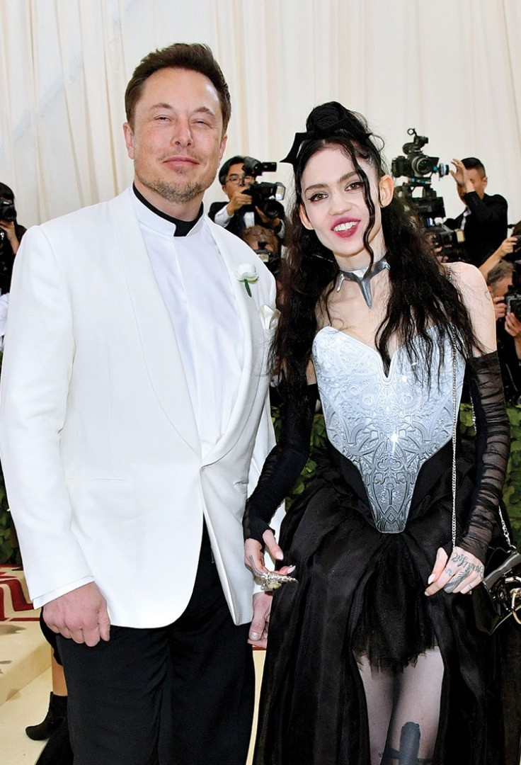 Elon Musk, Grimes are posing for a picture