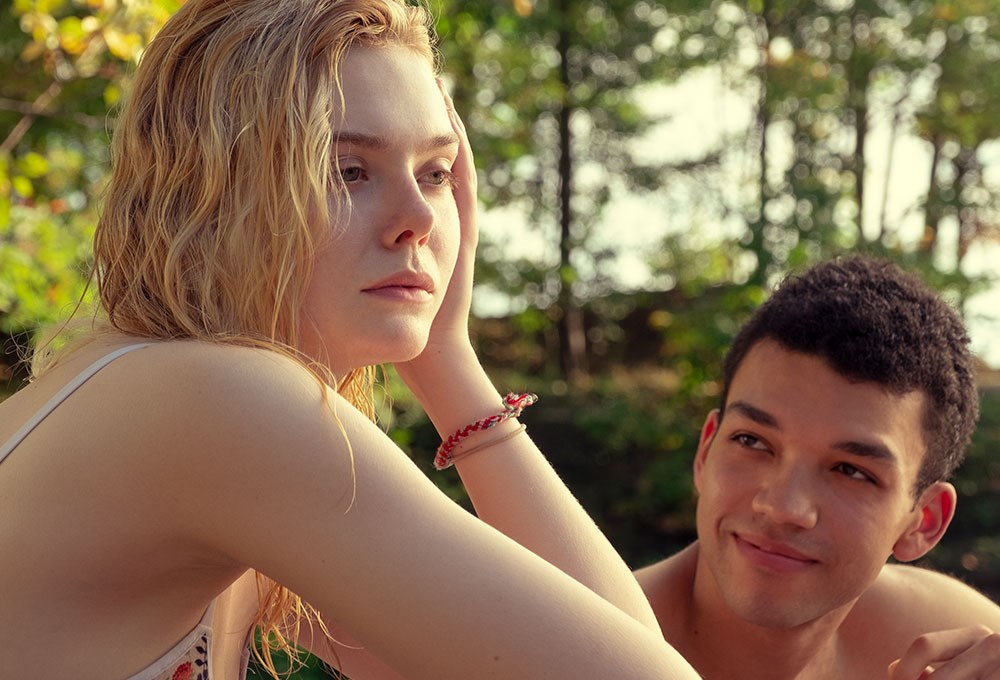 Elle Fanning, Justice Smith are posing for a picture