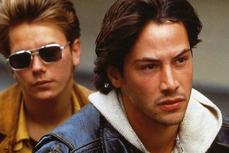 Keanu Reeves, River Phoenix are posing for a picture