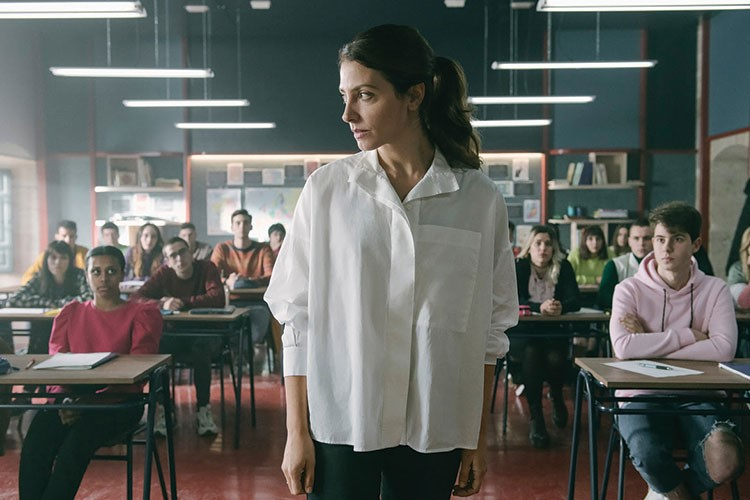 Bárbara Lennie standing in front of a classroom of students