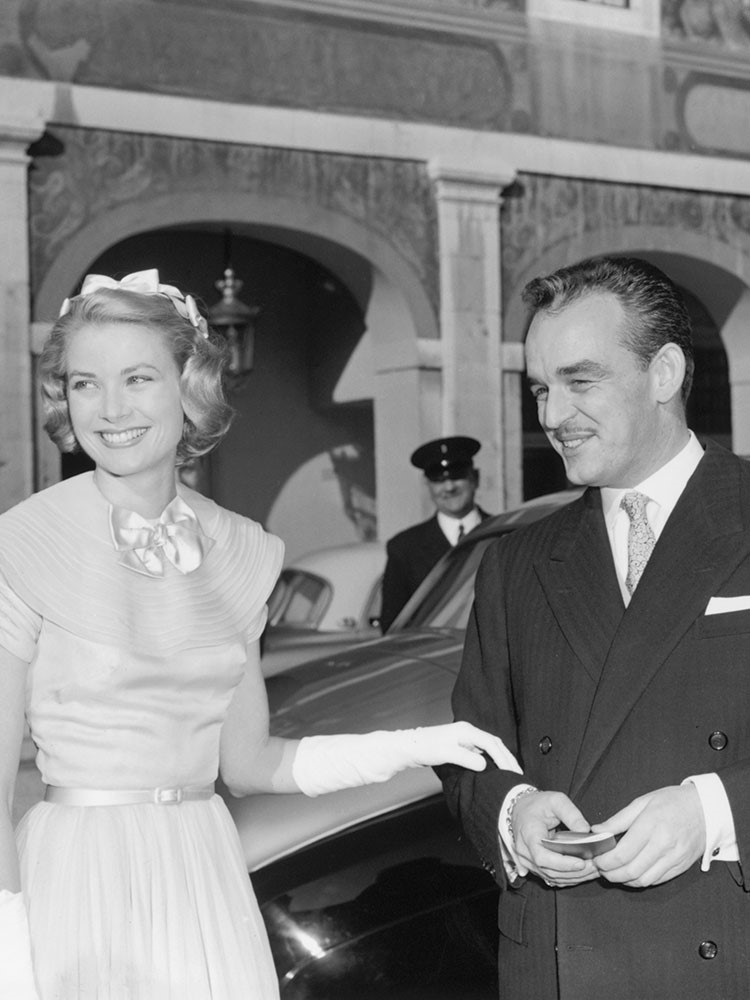 Grace Kelly, Prince Rainier of Monaco are posing for a picture