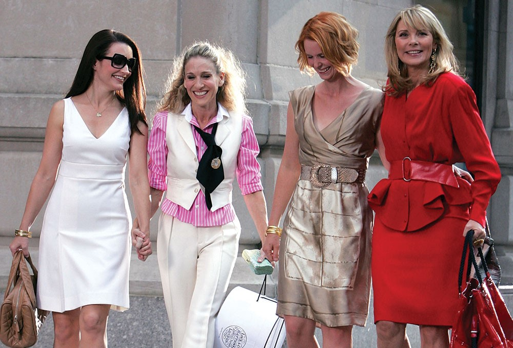 Kim Cattrall, Sarah Jessica Parker et al. are posing for a picture